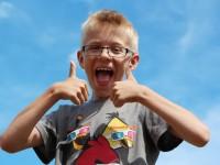 Daniel, 9 år, fanget på toppen af legestativet med nye briller - så også han har nu fået nyt perspektiv og et helt nyt syn på ... alt!