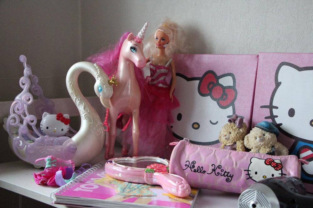 Hello Kitty, Barbie dukke og et magisk prinsessespejl
